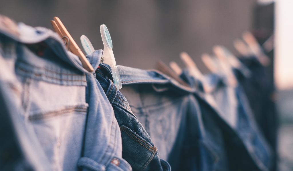 como evitar que los jeans se destiñen